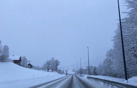 MYKJE SNØ: Natt til tysdag har det kome ned store mengder snø i Sogn og Fjordane. I Førde, her på E39 ved Bruland, har det kome mellom 10 og 20 centimeter.