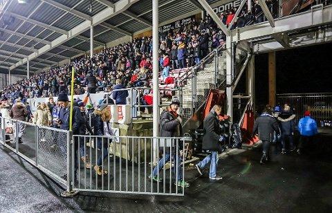 Mange gikk: Brevforfatter Sigurd Alnæs og kona var blant de mange som forlot kampen tidlig. De så kun spillere fra skuldrene og opp.
