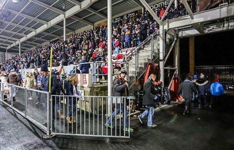 SÅ INGENTING: Mange av tilskuerne gikk fra stadion kort etter kampstart, da de ikke så noen ting.