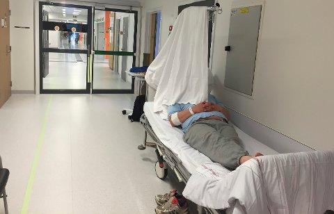 Flere på korridoren: Fullt sykehus og korridorpasienter har vært tema siden sykehuset ble tatt i bruk. Her en improvisert løsning for skjerming, bilde fra mai 2016.