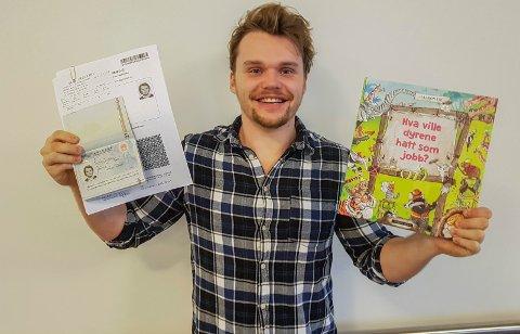 Destinasjon Kina: Haakon Lie er klar, med boka i den ene hånda, og visum og reisedokumenter i den andre.