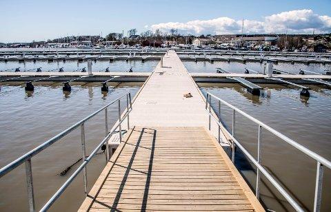 Det nye flytebryggeanlegget i Fjeldberg Båthavn er snart klart for å ta imot medlemmenes båter.