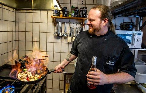 Varmer opp: Kokken Kenneth Henriksen på Ørebekk gleder seg til konserten på Gressvik med rockebandet Course of Fate.