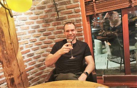 HISTORISK: Det er lenge siden et glass Cava har vært mer fortjent, enn det Thomas Stræte holder i hånden på dette bildet.