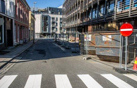 ÅPNES SNART: Dr. Giebelhausens gate kan snart åpnes for trafikk i begge retninger. Det er bare detaljer i fasaden som gjenstår på Nygaardsgaten 33. Der det er oppført 17 leiligheter på taket.