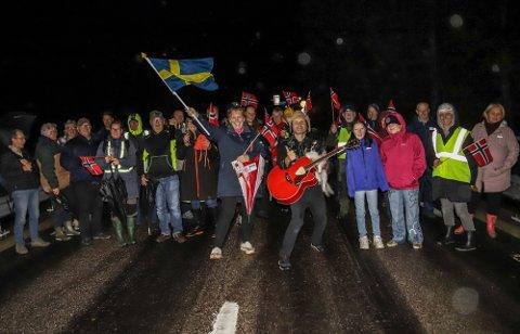 STOR JUBEL: Gjenåpningen av grensen på Kornsjø ble behørig markert på slaget midnatt av rundt 50 frammøtte. Foto: Gunnar Paulsen, Halden Arbeiderblad