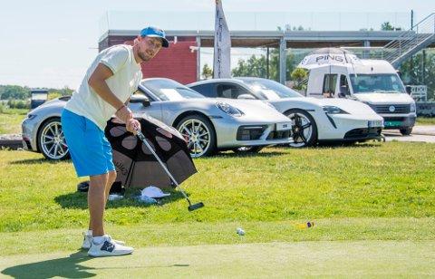 Christian Brevik slår et slag for Mulligan Open. 216 spillere er klare for det som blir Fredrikstads største golfturnering.