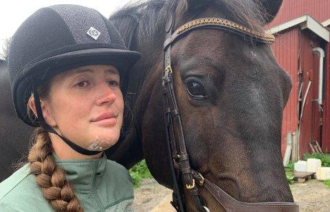 HESTEULYKKE: Martine Skaanevik (23) ble sparket av hesten Oblix under trening. Nå har Martine kommet seg opp på hesten igjen, men Oblix ligger ute for salg.