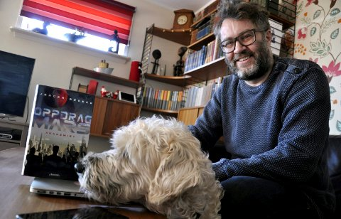 UNGDOMSBOK FRA HORTEN: – Det har sneket seg inn en forestilling om at ungdom ikke kjøper bøker, sier forfatter Jørgen Brekke.