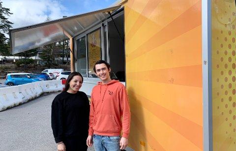 SATSER: Radia Kadrim og Adrian Mikael Lenes foran potetvogna på Grasmyr, rett utenfor Europris og Kiwi.