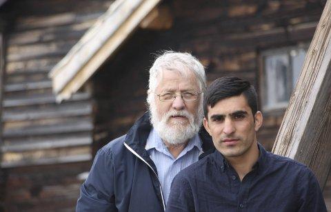 STØTTER: Wazeer Armani har bodd hos Odd Due det siste året. – Han er en hensynsfull ung mann som ser på meg som sin far, sier Due, som føler stor sorg over å se at den unge afghaneren sendes til Kabul i dag. foto: privat