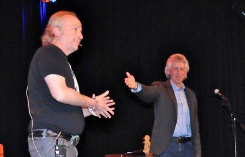 Levi Henriksen ble kunngjort som vinner av Vidar Sandbecks kulturpris 2018 under et bokbad på Hamar torsdag kveld. Tom-Erik Tangen (til høyre) offentliggjorde prisen.