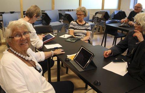LÆREVILLIGE: Anne Wergeland (til venstre) er svært fornøyd med å få hjelp til å bli mer digital. Hun har vært på nesten alle kursene som Sentrum-elevene har holdt, og bruker nettbrettet mer og mer.