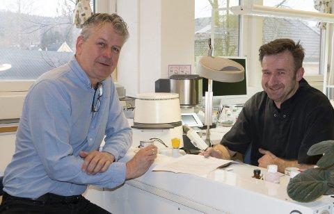 TAKKNEMLIG: Stein Aanerud ((til høyre) i CNC Dental takker for  hjelpen fra Klosser Innovasjon og rådgiver Stian Gulli Hansen i oppbygningsperioden.