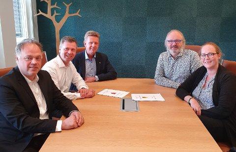 SAMARBEIDER: Torleif Lilløy (nr. to f.v.) og Odal Sparebank blir hovedsamarbeidspartner for ordfører Knut Hvithammer (t.v.), rådmann Frank Hauge, rådmann Runar Kristiansen og ordfører Lise Selnes.