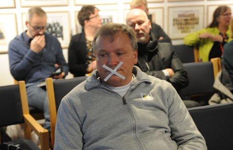 TAUS: HappyTom Christiansen på tilhørerbenken i det aktuelle kommunestyremøtet, der han stilte med munnen tapet igjen mens politikerne vedtok å kutte støtten til Nittedal Frivilligsentral.