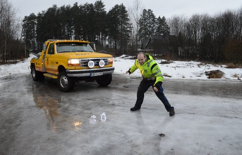 HÅPLØST GLATT: – Det er håpløse forhold veldig mange steder nå, sier bilberger Tommy Smedstuen, her på kommunal vei i Våler sentrum fredag formiddag.