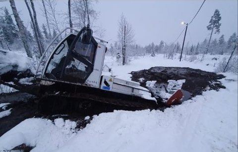 MYRHØL: Under snøen var det djupt myrhøl som løypemaskina til Knut Løvlien i Åmot datt ned i.