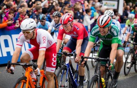 Anders Skaarseth passerer målstreken som nummer 10 under U23-fellesstarten i sykkel-VM i Bergen.