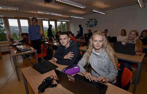 LETT VALG: Tiendeklassingene Erman Seljmani og Hilde Bakken ved Åretta ungdomsskole har brukt de siste ukene på å sette seg inn i Stortingsvalget. De fant fort fram til hvem de skulle stemme på i Barnas Valg.