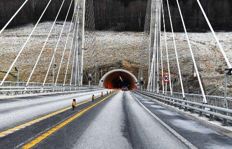 Fram til nylig måtte du senke farten fra 90 km/t til 80 km/t når du kjørte gjennom Teigkamptunnelen mellom Kvam og Vinstra. Nå er fartsgrensen satt opp både her og i Hundorptunnelen lenger sør.