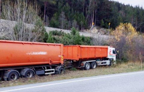 I GRØFTA: Vogntoget ble stående på alle hjulene etter utforkjøringen.