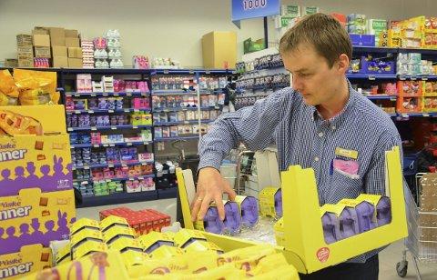 DER FOLK BOR: Rema-kjøpmann Kai Arne Sørumshagen mener butikken på Andfossen går svært bra fordi den ligger nær et av Grans tettest befolkede område.