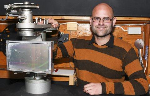 HISTORIE I VEGGENE: Ved hjelp av spektroskopet, som har tjenestegjort på Solobservatoriet i over 60 år, kan man analysere lyset fra sola og blant annet måle bevegelser og magnetfelt på soloverflaten. Vegard har alltid vært fascinert av alt det gamle, men fortsatt godt fungerende utstyret på arbeidsplassen sin.