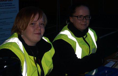 BILLETTØRER: Monica Hagen og Charlotte Lysenstøen sørget for at alle hadde gyldig billett.