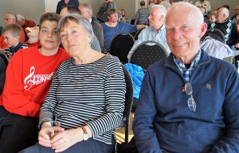 STAS MED BARNEBARNET: Synnøve og Egil Haave fra Roa hadde møtt fram for å høre barnebarnet Robin Enger spille.