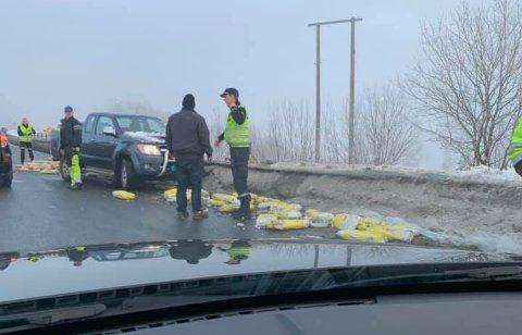 VELTET: Politiet kom tilfeldigvis over uhellet på E16 i Olumslinna. Poser med tørrbetong ble liggende i veien. Foto: Privat