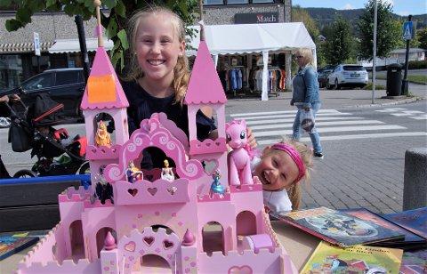FAMILIESLOTT: Lea Marie (til venstre) og Aila Sveberg fra Lunner ville selge det over tjue år gamle slottet som fire søstre har brukt.