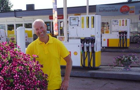 TJUE ÅR VED PUMPENE: I sommer er det tjue år siden Vidar Haugen tok over Shell på Harestua.
