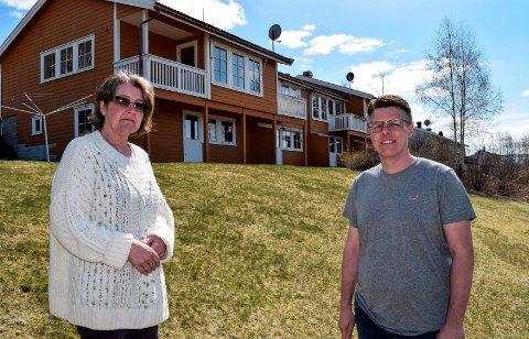 NÅ ER DET OVER: Verneombud Lene Kristin Fjellheim og avdelingsleder Kjetil Holmen står her foran husene på Grimebakken der de siste seks beboerne og 10–15 ansatte nå har flyttet ut.