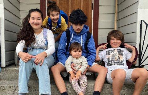KLARE FOR SKOLEN: Sonja (11) (fra venstre), Jax (5), Colin (15) med Cody (1 1/2) og Ames (9).