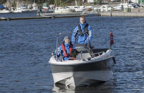 Veterinærbåt: Ingrid Mangset og Christoffer Källman i Nordic Vet er klare for oppdrag med båt.foto: Arfan Baomidehaq
