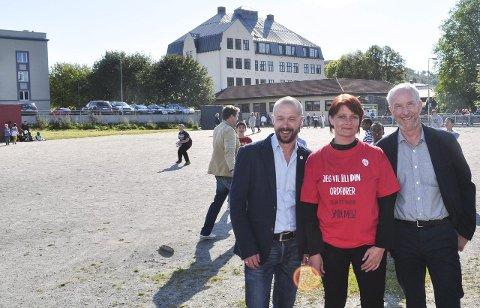 Oppvekstsenter: – Her vil vi ha et oppvekstsenter, sier  Arve Sigmundstad og Kirsti Brække Myrli (Ap). Fylkesordfører Ole Haabeth (til høyre) mener dette er et prosjekt der fylkeskommunen kan gå inn og delfinansiere en idrettshall.                                      foto: øivind kvitnes
