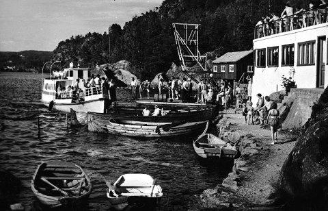 YRENDE LIV: Rødnabbene var et yndet utfartssted for haldenserne fra tidlig i 30-åra til langt ut på 50-tallet. Her legger Selve II til med en ny last badegjester.