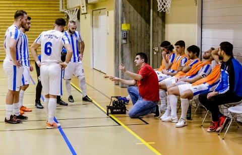 Trener Florim Gashi og kaptein Shkodran Dinaj (bak treneren) var ikke fornøyd med helgens to kamper.