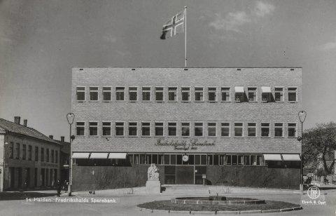 FUNKSJONALISME: Det var ikke mye som forstyrret bankens stramme fasade på 1940-tallet, verken lysreklame, svingdør eller buskvekster. Per Palle Storms skulptur kom i 1944 som en integrert del av komposisjonen, mens flaggstanga ble montert i begeistringsrus etter freden i 1945.