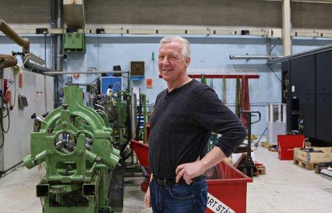 ANALOGT OG DIGITALT: Jan Roger Eriksen og Mekanisk Service har kunnskap om tradisjonell mekanikk som grunnmur i virksomheten, men utvikler stadig i nye og avanserte digitale løsninger. Her står Eriksen ved en av de første store investeringene bedriften gjorde.