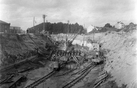 PORSNES: Graving av kanal 13. september 1906. Til venstre skimtes litt av Porsnes mølle, mens det lyse huset til høyre hørte til det kommunale sykehuset og lå der Halden videregående skole ligger i dag.
