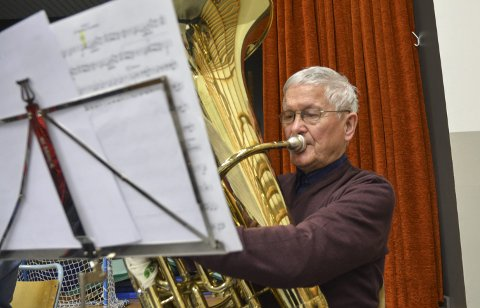 Tuba: Frå trompet, til dirigent, til tuba. John Århus har eit langt korpsliv bak seg.