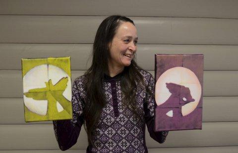 Klar for galleri: Siri Øvsthus Kvalfoss i Hardanger kunstlag er selv gullsmed. Her viser hun bilder av Felicitas Aga, London-bosatt maler med røtter i  fjorden og medlem i Hardanger kunstlag. Foto: Mette Bleken