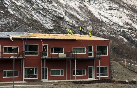 Flerra av: Fredag 3. januar reiv ei kraftig vindkule av kring 200 kvadratmeter av taket på dei nybygde omsorgsbustadene heng saman med Eidfjord bygdaheim. Arkivfoto: Anders Vatle