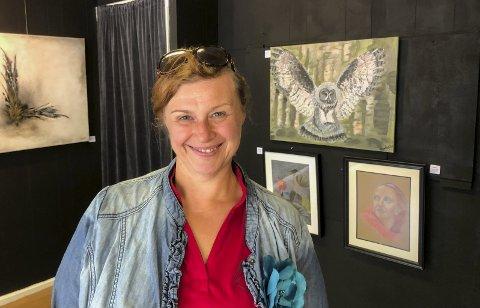 Kreativt: Leder i Odda kunstforening, Izabela Prestegård, er primus motor for Galleri Nyland. Hun skryter av positive, ivrige og aktive medlemmer. Fire medlemmer stiller ut nå. Snart kommer en gjest, med maleri og installasjoner, i serien «Unge til unge». Foto: Mette Bleken
