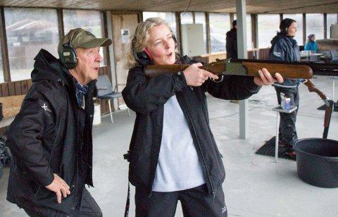 DEN SATT: Hilde Bastigkeit og instruktør Jon Kvilhaugsvik følger spent med på om skuddet treffer blink.