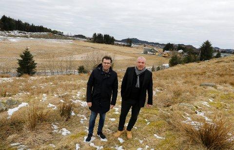 Daglig leder Rolf Børseth og utvikler og medeier Rolf Viksund i Haugaland Handelspark. På tomten like sør for Raglamyr - mellom Ørpteveitvegen og starten på T-forbindelsen - byggemodner de nå et nytt næringsområde. På gamle Sandvik gård. Det blir gravestart etter påske.