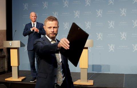 Helse- og omsorgsminister Bent Høie på fredagens pressekonferanse om koronasituasjonen. I bakgrunnen er helsedirektør Bjørn Guldvog.