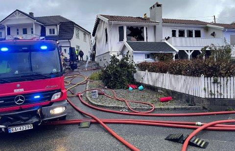 BRANN: Tom enebolig i brann på Åkra søndag morgen.